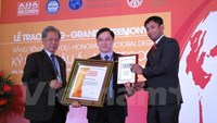 Traditional physician Phung Tuan Giang (C) receives honorary recognitions in Hanoi on March 29. Photo credit: VNA