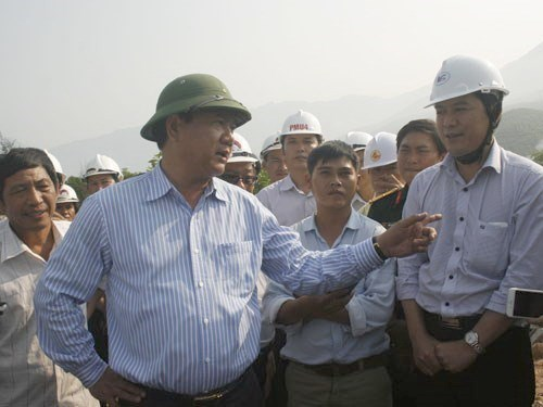 Transport Minister Dinh La Thang inspects a construction project. Photo: Dinh Toan