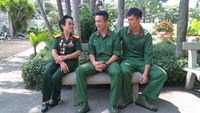 Le Thi Thu Nguyet (L) talks with young soldiers in Ho Chi Minh City. Photo: Minh Hung