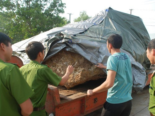 The chalcedony gemstone block seized in Dak Nong Province. Photo: Phan Ba