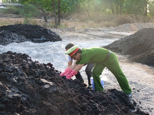Environmental police investigate the site in Dong Nai's Bien Hoa Town where 50 tons of industrial waste were dumped. Photo credit: Dong Nai police