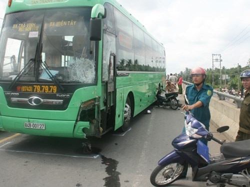 The traffic accident site on the National Highway 53 in Tra Vinh Province with two speeding buses hit three motorbikes on a bridge, killing four people and injuring 2 others. Photo: Vu Le