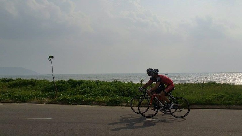 Two athletes compete at the VNG Ironman 70.3 triathlon event in Da Nang City on May 10. Photo credit: Ironman 70.3