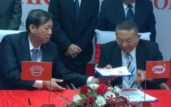 Tran Le Nguyen (L), CEO of Kinh Do Corp., and Chen Ching Fu, CEO of Saigon Ve Wong, exchange agreements in Ho Chi Minh City on May 12, 2015. Photo: Minh Hung