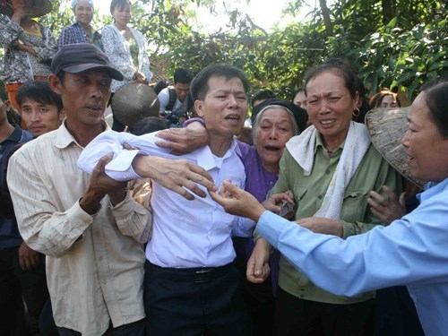 Nguyen Thanh Chan (C) has made headlines in Vietnam since April 2014 when he had his name cleared after serving 10 years as part of a life sentence for murder. Photo: Ha An