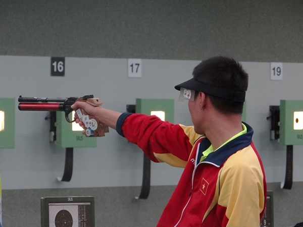 Nguyen Quoc Cuong won a gold medal in men's 10m air pistol individual competition at the 28th Southeast Asian Games in Singapore on June 7. Photo: Tan Lam