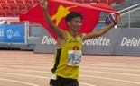 Nguyen Van Lai celebrates his gold medal in men's 5000m at the 28th Southeast Asian Games.