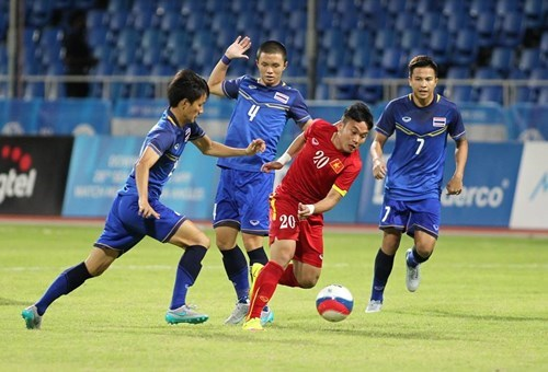 Vietnam's Phi Son (20) vies for the ball with three Thailand players. Photo: Ngo Nguyen