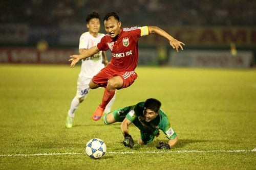 Binh Duong's Trong Hoang passes Hoang Anh Gia Lai's goalkeeper Minh Nhut to score a goal at Go Dau Stadium on June 28.