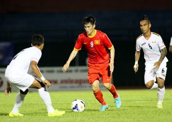 Vietnam's striker Cong Vinh (C) will be in the national team to play against Manchester City in a friendly match at Hanoi's My Dinh Stadium on July 27. Photo: Kha Hoa