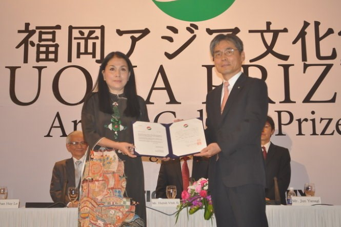 Designer Dang Thi Minh Hanh (L) receives the Fukuoka Prize on July 7, 2015. Photo credit: Tuoi Tre