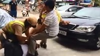 2 men arrested for wrestling with police officers on Hanoi street