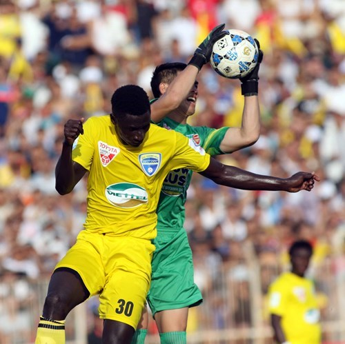 Thanh Hoa's Senegalese striker Pape Omar Faye competes against Hoang Anh Gia Lai's goalkeeper Minh Nhut during a V.League match on July 11. Photo: Thanh Nien