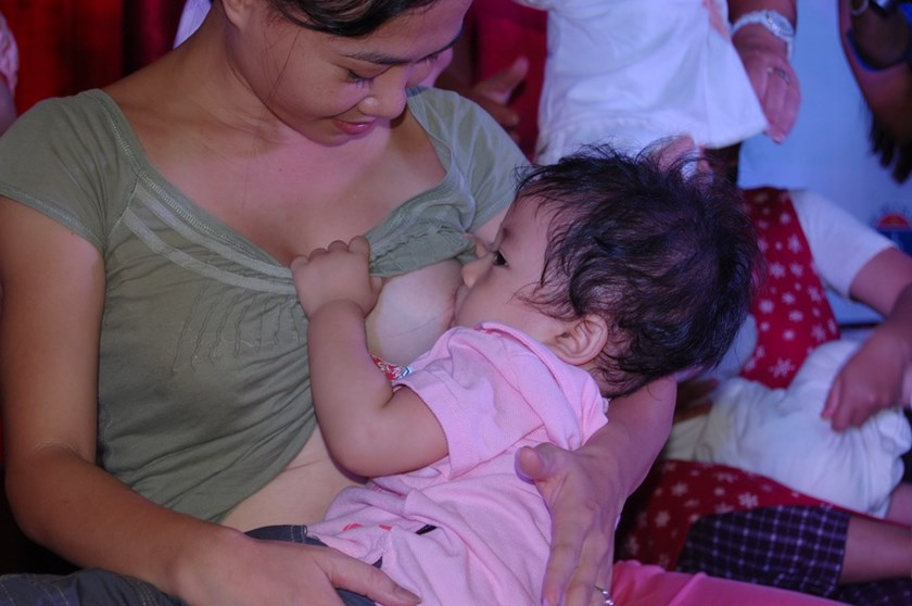 A mother breastfeeds her baby at an event to promote breastfeeding in Ho Chi Minh City. Photo: Minh Hùng