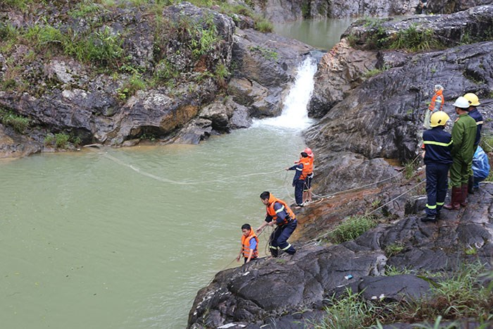 Rescuers at a stream in Da Lat in the afternoon on July 13, 2015. They later found the bodies of three tourists, including a doctor from Ho Chi Minh City. Photo: Lam Vien