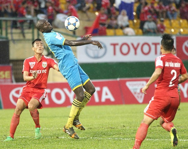 Khanh Hoa's Nigerian striker Iheruome Uche (C) controls the ball before he scored the first goal in a match against Becamex Binh Duong on July 15. Photo: Bach Duong