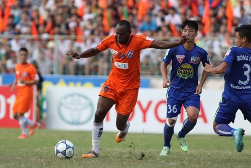 Da Nang's Sean Fraser (36) scored two goals in a match against Hoang Anh Gia Lai at the Chi Lang Stadium in Da Nang on July 23. Photo: Dong Nghi