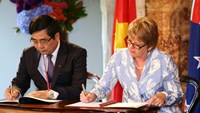 New Zealand Minister for Food Safety Jo Goodhew (R) and Vietnam's Minister of Agriculture and Rural Development Cao Duc Phat sign the Food Safety Cooperation Agreement. Photo credit: New Zealand Embassy