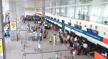 Passengers check in at Hanoi's Noi Bai Airport. Photo: Mai Ha