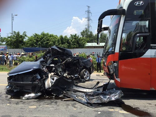 A traffic accident in the central city of Da Nang on April 29, 2015 when a sleeper bus collided with a car, killing four people on the spot. Photo: Nguyen Tu