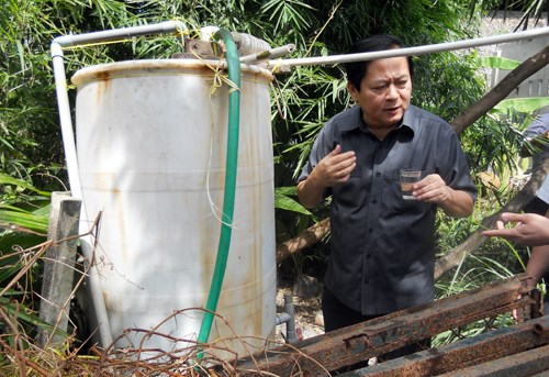 Ho Chi Minh City vice mayor Nguyen Huu Tin inspects water in an outlying district. Photo credit: VnExpress