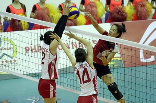 Vietnam's Thanh Thuy (R) in an attack in the match against North Korea on July 29, 2015. Photo credit: Tuoi Tre