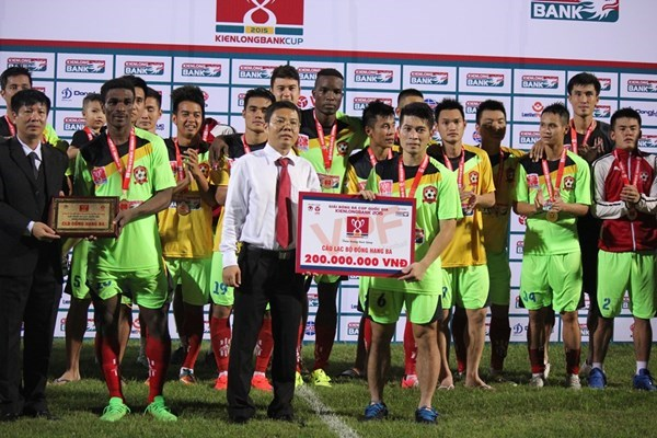 Hai Phong, 2014 National Cup champion, is awarded the third place title at this year's championship. Photo: Le Nam