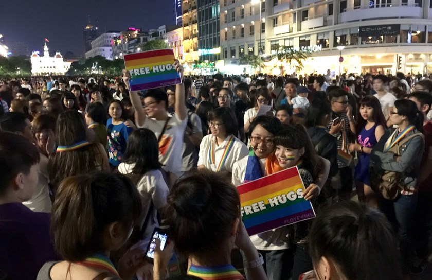 Thousands of people parade to promote LGBT rights on Nguyen Hue Street in downtown Ho Chi Minh City on June 28, 2015. Photo: Minh Hung