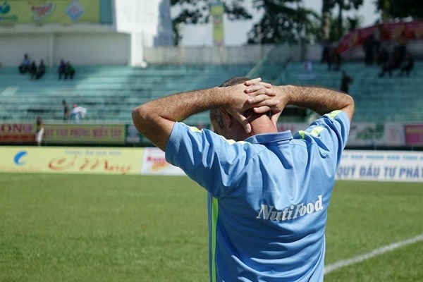 Hoang Anh Gia Lai's Coach Guillaume Graechen holds his head after losing 0-1 to Dong Thap on August 15. Photo: Bach Duong