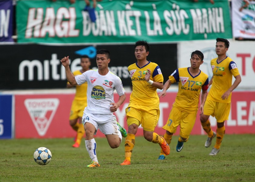 Hoang Anh Gia Lai's striker Cong Phuong faces little difficulties from Song Lam Nghe An's defenders in a V.League match on August 22, 2015. Photo: Minh Tran