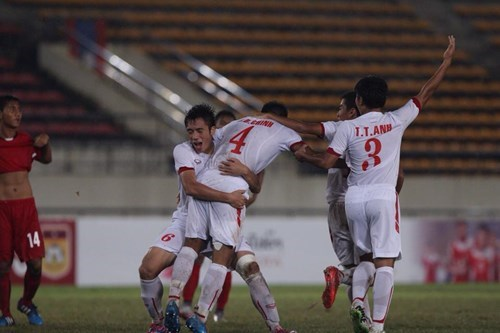 Vietnam U19 footballers celebrate their victory over Myanmar in an AFF U19 Youth Championship at the Laos National Stadium on August 31. Photo: Do Hai