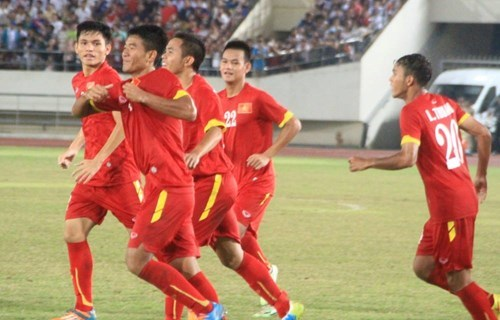 Vietnam footballers celebrate their victory over Laos at the AFF U19 Championship semifinal in Vientiane on September 2, 2015. Photo: Do Hai