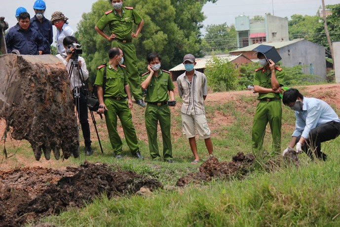 Police investigate the site where Le Ngoc Tung Private Hospital buried untreated medical waste in Tay Ninh Province. Photo: Giang Phuong
