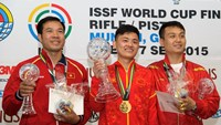 Hoang Xuan Vinh (L) poses with a silver medal in men's 50m pistol at the 2015 ISSF Rifle and Pistol World Cup in Germany on September 3. Photo: ISSF