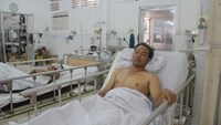Nguyen Hung Cuong being treated at Kien Giang Province General Hospital after his ship was attacked by pirates on September 11, 2015. Photo: Hai Lang