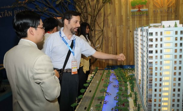 A foreigner studies a real estate project in Ho Chi Minh City. Photo: Diep Duc Minh