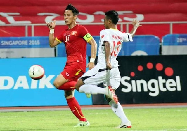 Que Ngoc Hai (L) wears the captain band as he plays for the national U23 team. Photo: Kha Hoa