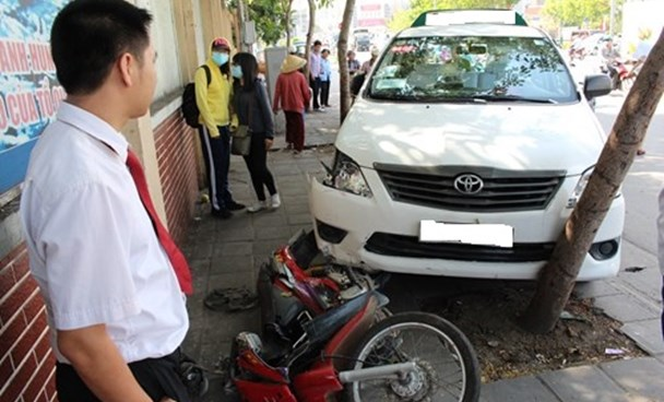 A car crash involving a taxi in Ho Chi Minh City on May 19, 2015. Photo: Duc Tien