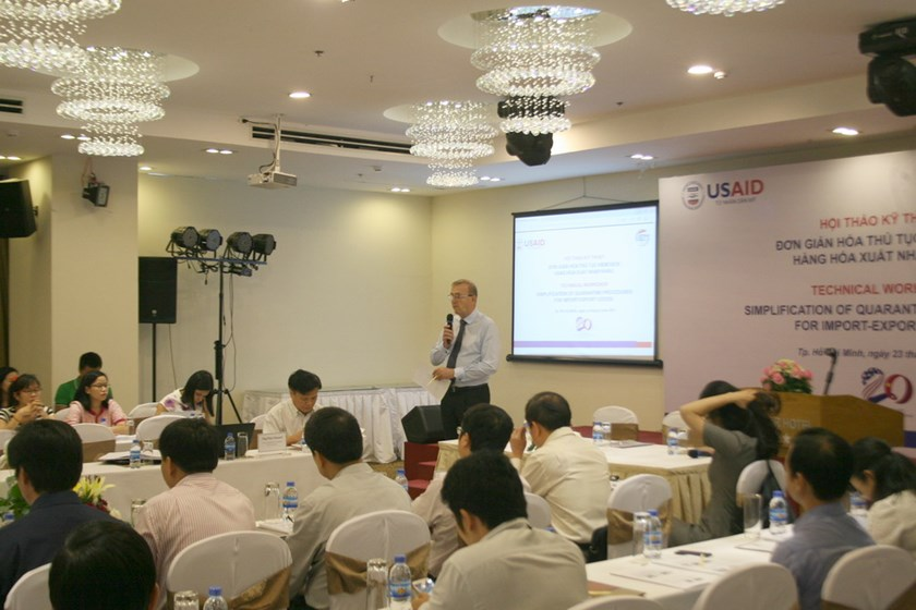 Peter Bennett, trade facilitation advisor at USAID GIG program, speaks at the conference on simplification of quarantine procedures for import-export goods held in Ho Chi Minh City on September 23. Photo: Minh Hung
