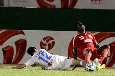 Hanoi T&T's Thanh Hao's foul against Becamex Binh Duong's Cheik Abass Dieng.