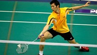 A file photo shows Nguyen Tien Minh, Vietnam's No. 1 badminton player, saving a drop. Photo: Kha Hoa