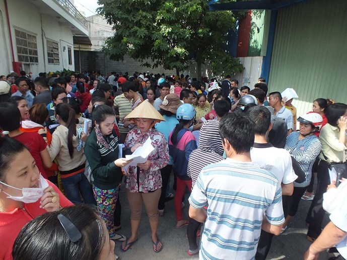 Workers gather at Keo Hwa Vina Company in Ho Chi Minh City to demand for unpaid salary on September 25, 2015. Photo: Hai Nam