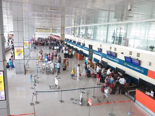 Passengers check in at Hanoi's Noi Bai International Airport. Photo: Mai Ha