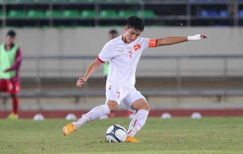 Vietnam's Trong Dai misses a penalty in a AFC U-19 Championship qualifying match against Myanmar on October 6, 2015.