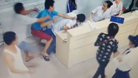 Do Van Binh, 31, attacks a doctor at Viet Tiep Hospital in Hai Phong City on October 7. Photo credit: Viet Tiep Hospital