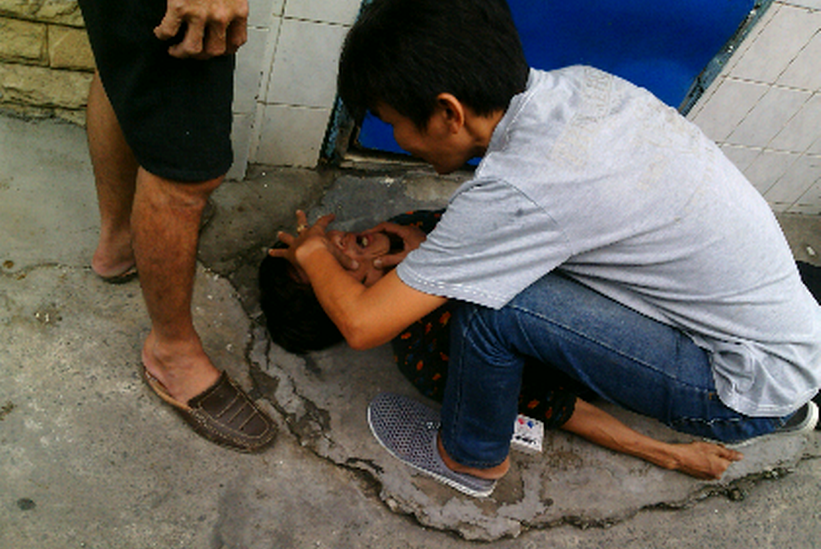 An overdose drug user with HIV is being rescued in Ho Chi Minh City. Photo: Khanh An