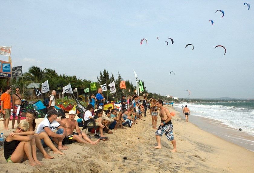 Kite surfing on Mui Ne Beach in Binh Thuan Province. Photo: Khanh An