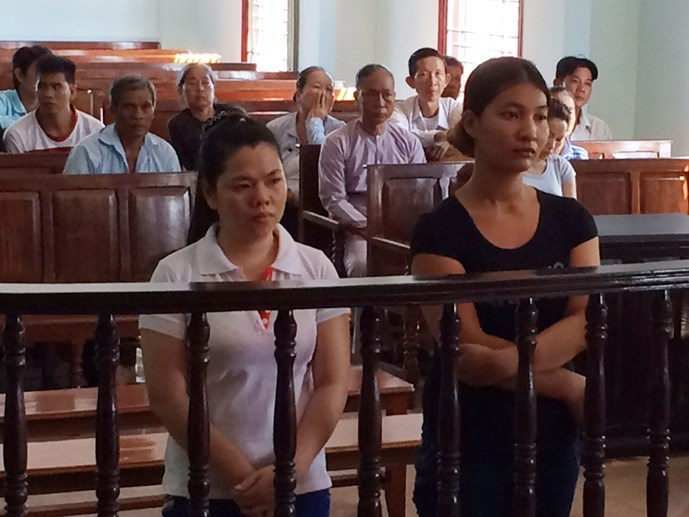 Tran Ngoc Muoi (R) and Tran Thi Ly stand the trial on May 18 in Can Tho City for human trafficking accusations. Photo: Mai Tram