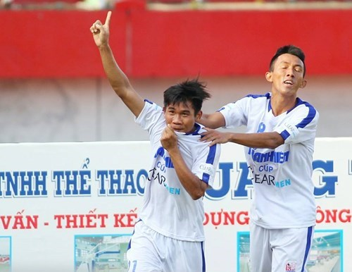 An Giang's Lai Bao Huu (L) celebrates a goal against Binh Dinh in a semifinal match in the Under-21 National Football Championship on October 29. Photo: Kha Hoa