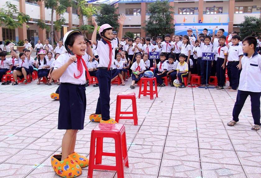 Children participate in activities to promote helmet use at the Tan Tuc Primary School in Ho Chi Minh City on November 7. Photo: Khanh An